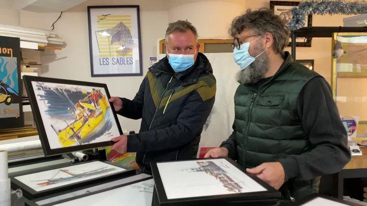 Yann Surrault termine l'encadrement des toiles de sa première exposition (France 3 Pays de la Loire)