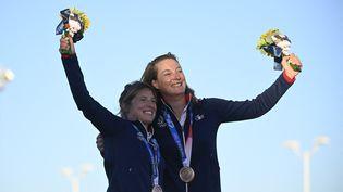 Camille Lecointre et Aloïse Retornaz célèbrent leur médaille de bronze, le 4 août (OLIVIER MORIN / AFP)