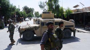Les forces de sécurité afghanes patrouillent, le 19 mai 2018, dans la ville de Farah. (HAMEED KHAN / AFP)