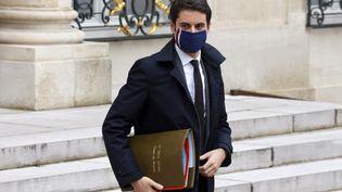 Gabriel Attal, le porte-parole du gouvernement, à la sortie de l'Elysée à Paris, mercredi 17 février 2021. (LUDOVIC MARIN / AFP)