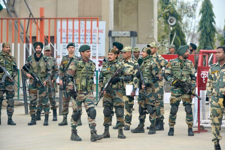 Des militaires indiens à la frontière entre l'Inde et le Pakistan, à Wagah (Inde), le 1er mars 2019. (NARINDER NANU / AFP)