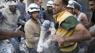 """Les """"White helmets"""" le 23 juillet 2016 à Alep en Syrie (KARAM AL-MASRI / AFP)"""