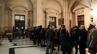 Des journalistes attentent pour rentrer dans la salle d'audience du procès de Jawad Bendaoud, mercredi 24 janvier 2018 à Paris. (PHILIPPE LOPEZ / AFP)