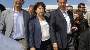 Harlem Désir et Jean-Christophe Cambadélis, tous deux candidats à la tête du PS, encadrent Martine Aubry, le 26 août 2012 à La Rochelle. (JEAN-PIERRE MULLER / AFP)