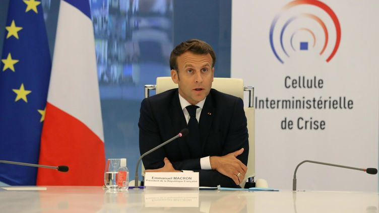 Le président français, Emmanuel Macron, lors d'une vidéoconférence avec les préfets de régions notamment, le 13 mai 2020, à Paris. (LUDOVIC MARIN / AFP)