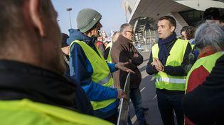 Florian Philippot (à droite) portant un gilet jaune, le 17 novembre 2018 à Paris. (CHRISTOPHE PETIT TESSON / EPA / MAXPPP)