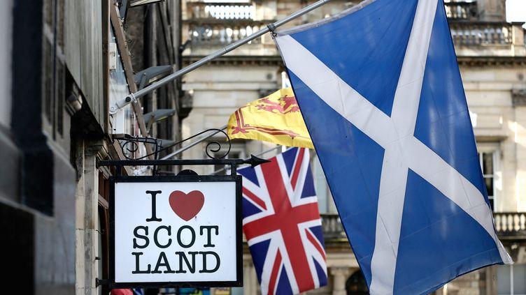 Le drapeau écossais avec derrière le drapeau britannique. (VINCENT ISORE / MAXPPP)