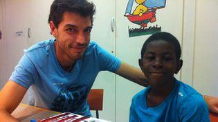 (Cet enfant, en CE2 à Marseille, est aidé par Loïc, un accompagnant de l'AFEV. Il l'emmène tous les mercredis après-midi à la médiathèque de l'Alcazar. © Radio France / Célia Quilleret)