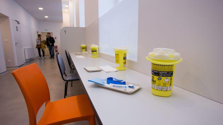 Des kits pour toxicomanesdisposésdans l'Espace Gaïa, la première salle de consommation à moindre risque de France,dans le10e arrondissement de Paris, le 11 octobre 2016. (MAXPPP)