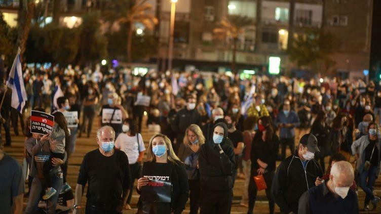 Des Israéliensmanifestent à Tel-Aviv, le 19 avril 2020. (DANIEL BAR ON / ANADOLU AGENCY AFP)