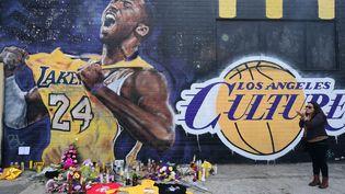 Une fresque murale en hommage à Kobe Bryant (FREDERIC J. BROWN / AFP)