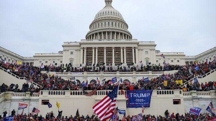 Des supporters de Donald Trump à l'assaut du Capitole, le 6 janvier 2021 à Washington (Etats-Unis). (TAYFUN COSKUN / ANADOLU AGENCY / AFP)