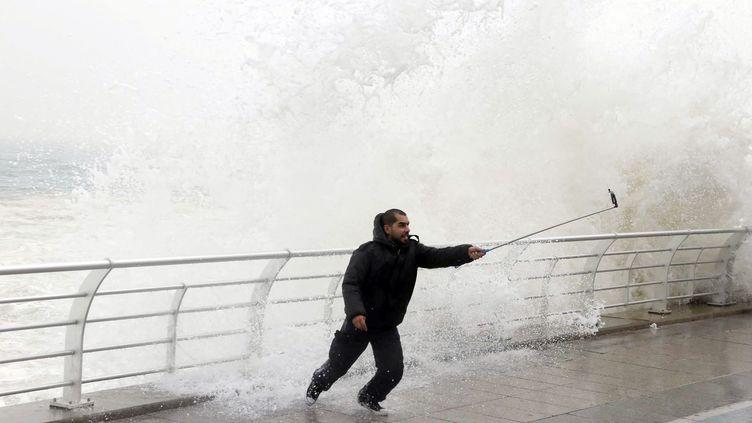 Un homme prend un selfie, le 11 février 2015 à Beyrouth (Liban). (MOHAMED AZAKIR / REUTERS)
