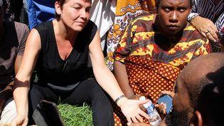 La ministre des Outre-mer, Annick Girardin (à gauche), s'entretient avec les manifestants sur l'île de Petite-Terre, à Mayotte. (ORNELLA LAMBERTI / AFP)