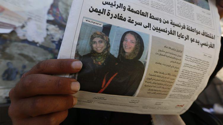 Un Yéménite lit un journal évoquant l'enlèvement de la Française Isabelle Prime à Sanaa, le 25 février 2015. (  MAXPPP)