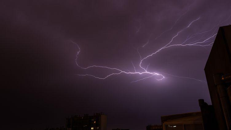 Un éclair parcourt le ciel de Toulouse (Haute-Garonne), le 18 juillet 2015. (MAXIME REYNI / CITIZENSIDE.COM / AFP)
