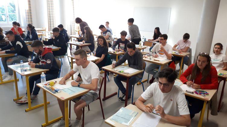 Des élèves du lycée Virlogeux à Riom (Puy-de-Dôme), 17 juin 2019. (JULIETTE MICHENEAU / FRANCE-BLEU PAYS D'AUVERGNE)