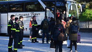 Des Français quittent un hôtel àCarry-le-Rouet(Bouches-du-Rhône) où ils ont passé 14jours en quarantaine, le 14 février 2020 (photo d'illustration). (HECTOR RETAMAL / AFP)