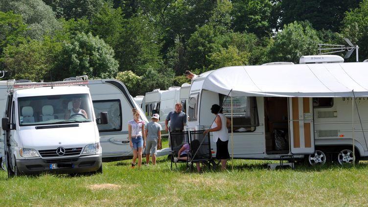 Des gens du voyage, à l'aérodrome de Charmeil (Allier), le 17 juin 2013. ( MAXPPP)