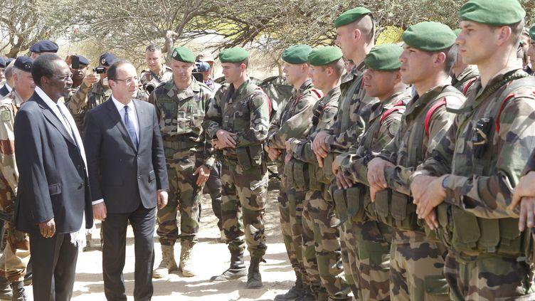 Revue des troupes françaises par François Hollande, à Tombouctou au Mali, après la libération de la ville des islamistes de Daech, le 2 février 2013. (SAMAKE / MAXPPP)