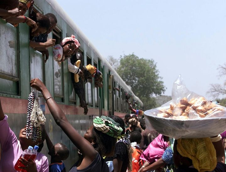 Train express Dakar-Bamako, le 7 avril 2002 en gare de Thies. Ce train reliait jusqu'en 2015 les deux capitales deux fois par semaine. L'infrastructure date de l'époque coloniale et n'a pas été modernisée depuis. (SEYLLOU DIALLO / AFP)