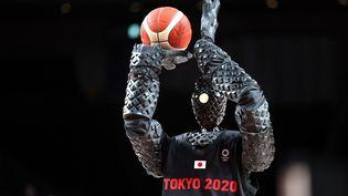 Le robot Cue lors de la mi-temps du match entre la France et les Etats-Unis, dimanche 25 juillet 2021 à Tokyo (Japon). (THOMAS COEX / AFP)
