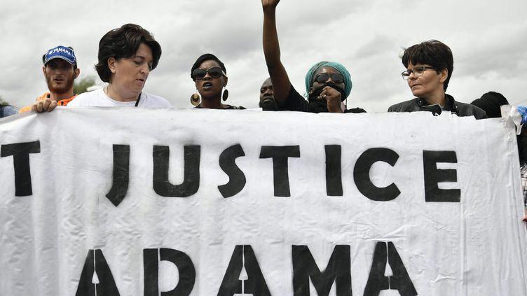 """Unebanderole réclamait """"Justice pour Adama"""" lors d'une manifestation à Parispour le premier anniversaire de la mort du jeune homme, le 22 juillet 2017 à Paris. (JULIEN MATTIA / LE PICTORIUM / MAXPPP)"""
