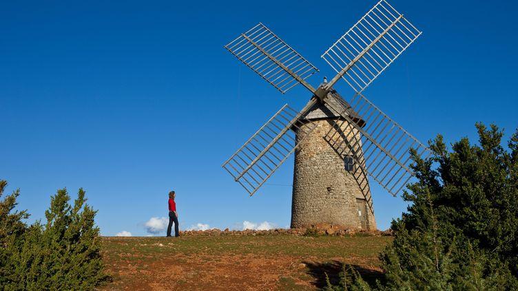 Les Causses et les Cévennes constituent un paysage de montagnes façonnée par l'agriculture et l'élevage, notamment dans le Parc régional naturel des Grands Causses où l'on trouve ce moulin. (MONTICO LIONEL / HEMIS.FR / AFP)