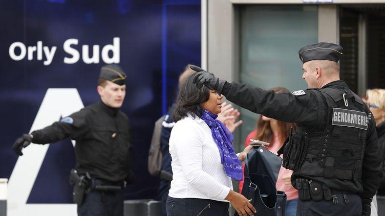 Des policiers évacuent l'aéroport d'Orly samedi 18 mars, après l'attaque d'une patrouille de l'opération Sentinelle. (BENJAMIN CREMEL / AFP)