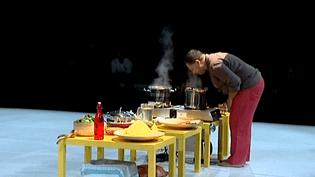 Radhouane El Meddeb de la Compagnie de Soi, hume les saveurs de sa création culinaire et chorégraphique  (France3 / Culturebox)