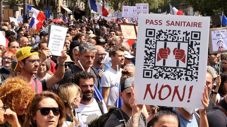 Près de 15 000 personnes ont défilé à Paris samedi 31 juillet, dans plusieurs manifestations contre le pass sanitaire, comme ici, entre la gare Montparnasse et le ministère de la Santé. (DELPHINE GOLDSZTEJN / MAXPPP)