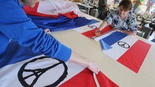 Depuis les attentats de Paris, la demande de drapeaux français est en hausse, comme dans cette usine de fabrication à Cuers (Var), le 24 novembre 2015.  (MAXPPP)