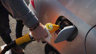 Un automobiliste fait le plein à une station-service de la Ville-aux-Dames, en Centre-Val de Loire. (GUILLAUME SOUVANT / AFP)