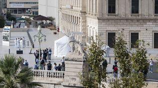 Des enquêteurs sur le parvis de la gare Saint-Charles à Marseille, le 1er octobre 2017, après une attaque au couteau commise par un homme qui a fait deux morts. (BERTRAND LANGLOIS / AFP)