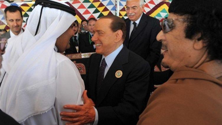Mouammar Kadhafi, à côté du chef du gouvernement italien, Silvio Berlusconi, au sommet arabe de Syrte (Libye) (AFP - Livio ANTICOLI)