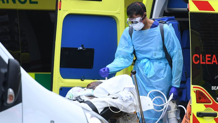 Pour faire face à la pandémie, le service de santé britannique aété contraint defaire appel à des volontaires pour aider le personnel médical dans les hôpitaux du pays. (DANIEL LEAL-OLIVAS / AFP)
