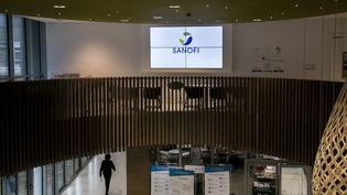 Le logo de Sanofi dans un laboratoire du groupe à Gentilly (Hauts-de-Seine), le 4 décembre 2017. (MAXPPP)