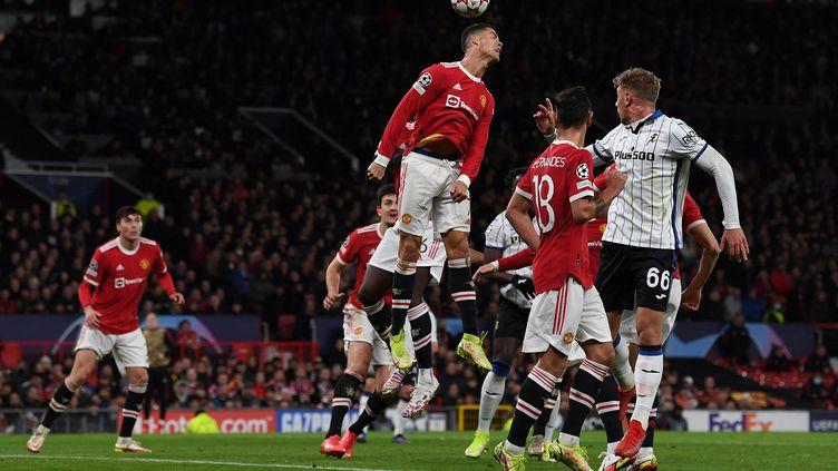 Cristiano Ronaldo s'est élevé plus haut que tout le monde pour marquer le but de la victoire pour Manchester United contre l'Atalanta Bergame en Ligue des champions le 20 octobre 2021. (PAUL ELLIS / AFP)