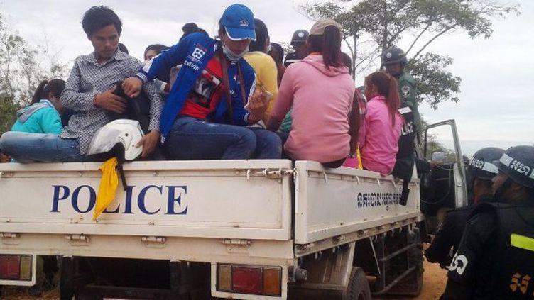 Dans la province de Svay Rieng, au Cambodge, le 21 décembre 2015: ces ouvriers du textile ont été arrêtés par la police après qu'ils eurent participé à une manifestation devant leur usine. Ils demandaient une revalorisation de leurs salaires. (AFP PHOTO)