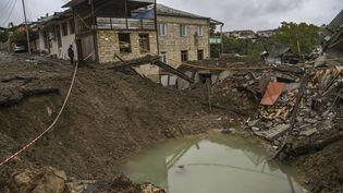 Un cratère causé par une explosion, le 6 octobre 2020, dans le Haut-Karabakh, enAzerbaïdjan. (ARIS MESSINIS / AFP)