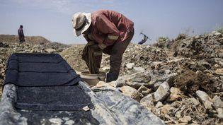 Un mineur illégal travaille dans une mine d'or abandonnée de Springs en Afrique du Sud. (AFP/John Wessels)