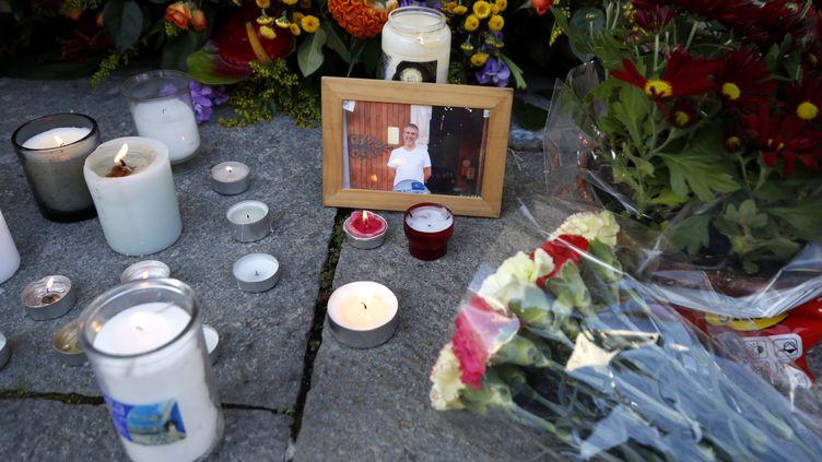 Des fleurs et des bougies déposées le 30 octobre 2020 devant la basilique Notre-Dame à Nice, au lendemain de l'assassinatdu sacristain Vincent Loquès,et de deux fidèles. (MAXPPP)