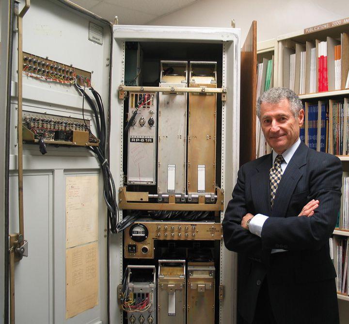Le scientifique Leonard Kleinrock, l'un des inventeurs d'internet, pose devant les infrastructuresutilisées dans les années 1960 et 1970 pour connecter les ordinateurs à l'ARPANET. (LEONARD KLEINROCK)