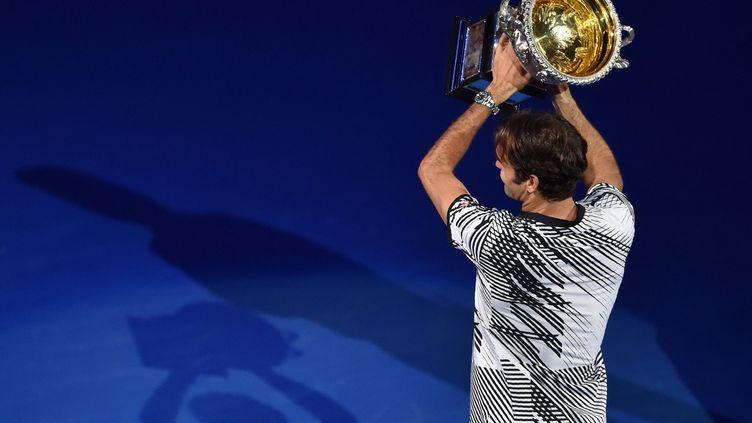 Le joueur suisse Roger Federer soulève son 18e Majeur (PETER PARKS / AFP)
