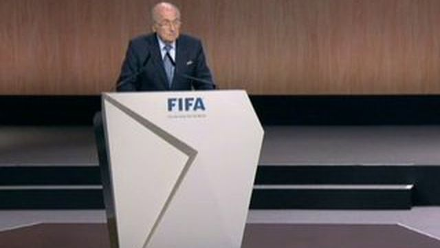 """Fifa : """"Tout simplement, je voudrais rester avec vous"""", Blatter ému, demande un nouveau mandat"""