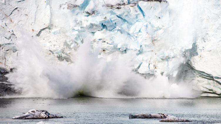 Fonte d'un iceberg près deSermersooq(Groenland). (JONATHAN NACKSTRAND / AFP)