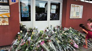 Des fleurs déposées devant l'école d'Albi (Tarn) où une enseignante a été poignardée par la mère d'un élève, le 7 juillet 2014. (MAXPPP)