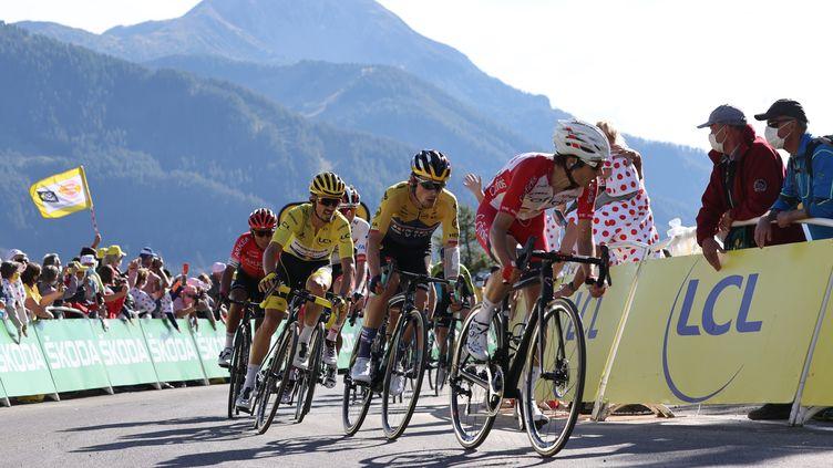 Le coureur Guillaume Martin (droite) sur le Tour de France, le 1er septembre 2020. (KENZO TRIBOUILLARD / AFP)