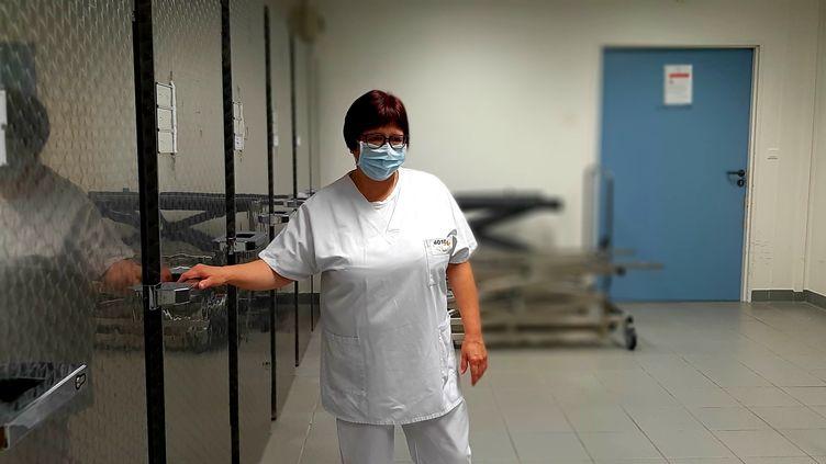 Valérie Denny est agent du service mortuaire de l'hôpital Emile Muller de Mulhouse. (VALENTIN DUNATE / RADIO FRANCE)