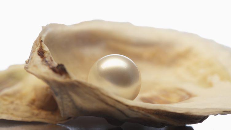Les huîtres créent des perles en sécrétant une matière protectricecouramment appelée nacre. (GETTY IMAGES)